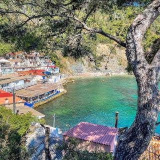 Ici, l'eau est encore à 22°... 🌊🌞  Prêts pour le grand plongeon 🏊 ? On craque complètement pour l'anse Méjean, à Toulon, et son village de cabanons de pêcheurs ! 🎣  🚙 À 30 minutes de route depuis l'aéroport Toulon Hyères.  📸 @levarois_