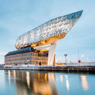 Ce mois-ci c'est la réouverture de notre vol direct pour Anvers dans le nord de la Belgique. Ici l'architecture est surprenante ! Voyez un peu la maison du port aussi surnommée « Diamonds in the sky » avec son immense masse de verre semblable au diamant qui reflète les teintes aériennes et aquatiques 😲 . . 📷 @Rosshelen . . #Voyage #Vacances #ToulonVousOuvreLeMonde  #decouvertes #instatraveling #belgique #belgium #anvers #igersanvers #architecture #modernisme #modernism #zahahadid #bestplacetovisit #diamond #diamondsinthesky  #antwerp #art #photooftheday #antwerptoday
