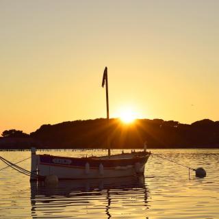 🤩 Six-Fours et ses couchers de soleil 🌅  Pour vous dépayser pleinement dans le Var, on vous propose : 🚶♂️ l'île du Gaou, accessible à pied via une petite passerelle 🛥 l'île des Embiez, accessible en bateau  🚘 Elles sont situées à 40 minutes de l'aéroport, en passant sous la ville de Toulon.  📸 Un coucher de soleil capturé par @ouss83000