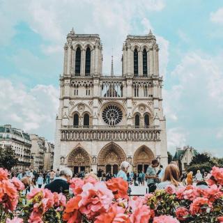 Paris, sa cathédrale et ses couleurs de printemps 😍 . . 📷 explorabella . . #DepartToulonHyeres #Voyage #Vacances #Decouvertes #ToulonVousOuvreLeMonde #spotter #Aviation #Aviationspotter #paris #parisjetaime #france