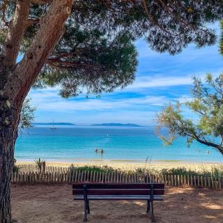 Bienvenue à Cavalière (à ne pas confondre avec Cavalaire !).  🎵 À m'asseoir sur un banc cinq minutes avec toi, et regarder les gens tant qu'y en a...  😌 Prenez le temps de faire une pause sur l'une des plus belles plages de sable fin du Lavandou, avec une vue directe sur les îles ! 🏝️  🚗 Seulement 40 minutes de route vous séparent de ce banc, alors que les plus sportifs pédaleront 1h40 🚴  📸 @levarois_