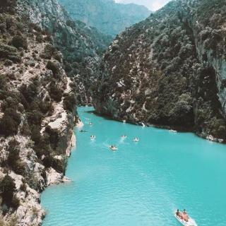 Le Var est une porte d'entrée pour les magnifiques gorges du Verdon. Un lieu saisissant où les derniers reliefs des Alpes plongent dans l' eau turquoise. Vous nous rejoignez ? . . 📷@artvayer . . #Var #GorgesduVerdon #Alpes #Mountains #Southoffrance #hiking #lake #VisitVar #France #Verdon #Landscape #Canyon #River #Lacdesaintecroix  #belvedere #discovering #igerstoulon