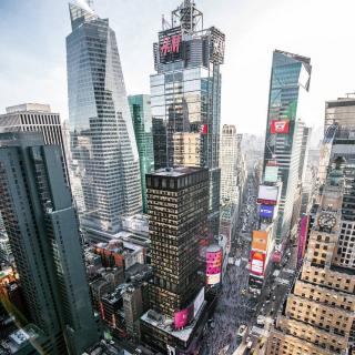 On dit que si l'on cherche une personne il faut se rendre à Time Square car elle y passera un jour ! Et oui, la « Grosse Pomme » est LA destination à faire un moins une fois dans sa vie. We ❤ NYC . . @lightsensitivity . . #Etatsunis #Amerique #Ameriquedunord #Newyork #Manhattan #Timesquare #Midtown #Visitnewyork #Skyscrapers #Architecture #Toulon #Departtoulonhyeres #Paris #Toulonvousouvrelemonde
