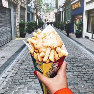 Ah les frites belges … 😋🍟 . . 📷ninise05 . . #DepartToulonHyeres #Voyage #Citybreak #Decouverte #Aeroport #spotter #Aviation #Aviationspotter #bruxelles #brussels #explorebrussels #TUIfly #belgique