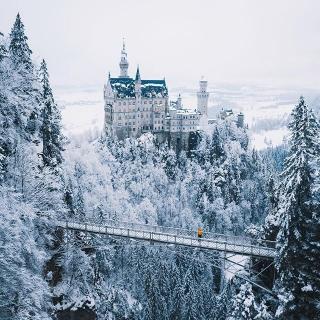 Se balader à travers l'Allemagne et s'arrêter découvrir le château de Neuschwanstein 😍 . . 📷 joonaslinkola . . #DepartToulonHyeres #Voyage #Vacances #instatraveling #spotter #Aviation #Aviationspotter #winter #neuschwanstein #allemagne #airfrance